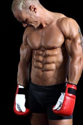 Ein muskulöser Kampfsportler